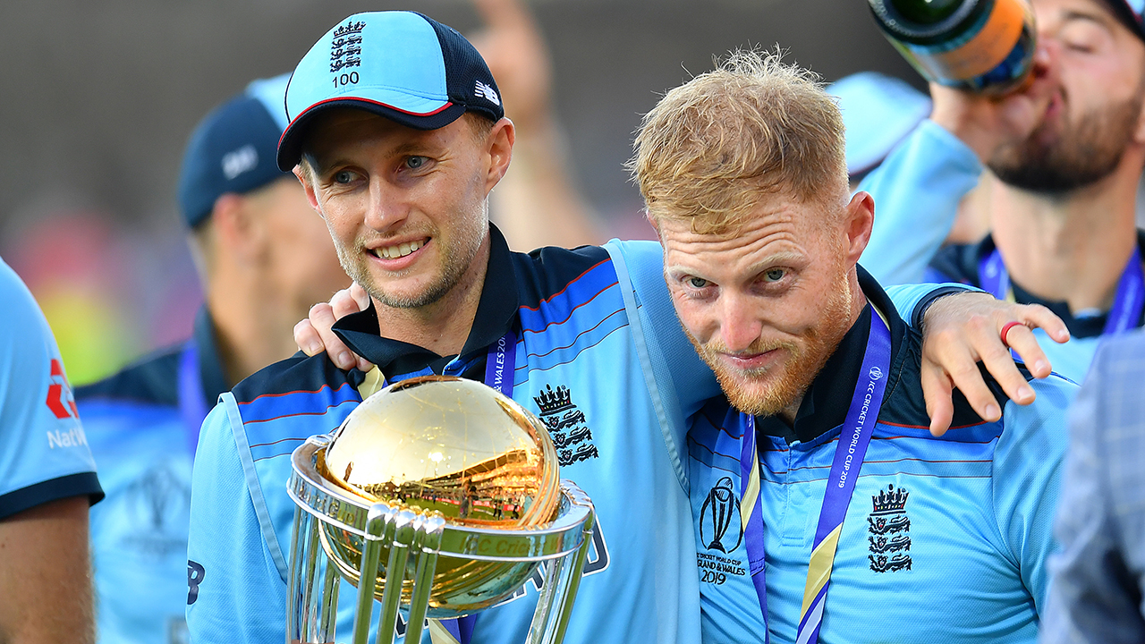 Eng Joe Root and Ben Stokes with World Cup trophy 1280.jpg