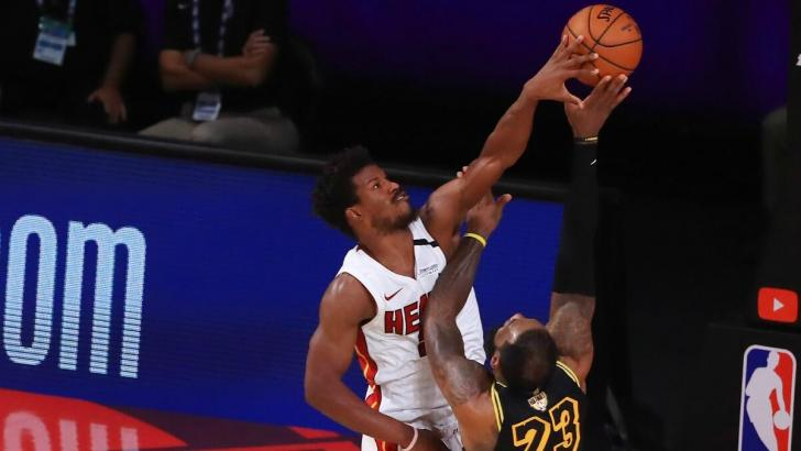Jimmy Butler tapona a LeBron James.