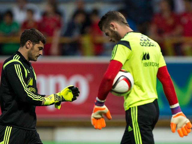 Spain's goalkeeping present and future go easy on the eye-contact with one another