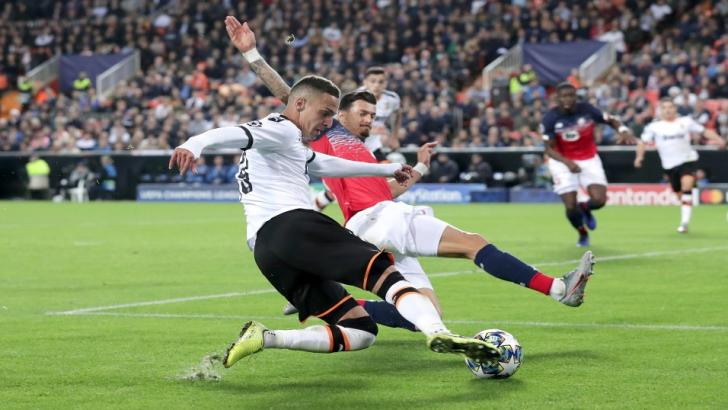 Lille's José Fonte battles with Rodrigo of Valencia
