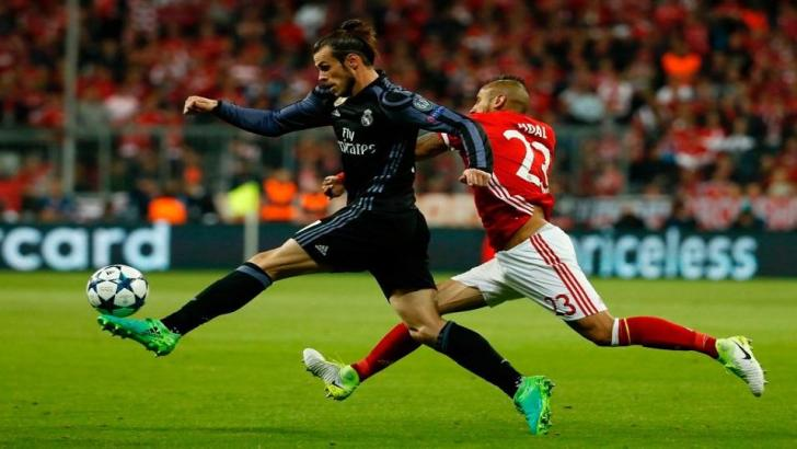 Gareth Bale and Arturo Vidal compete for the ball