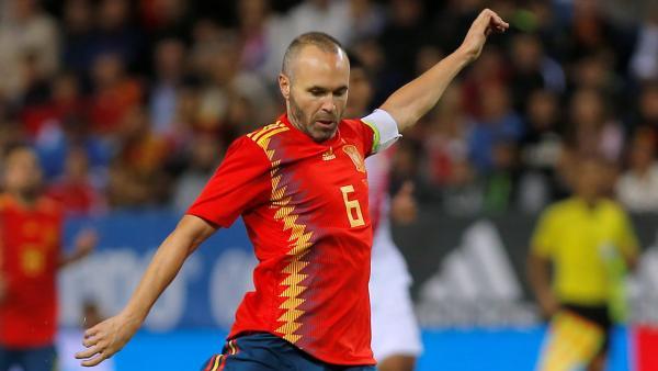 Iniesta Spain shoots 1280.JPG