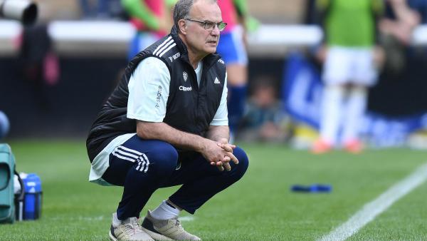 Marcelo Bielsa kneeling 1280.jpg