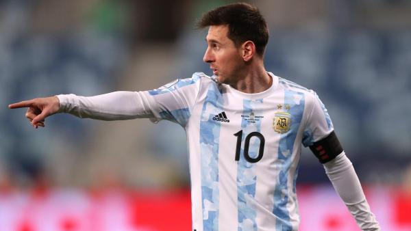 Messi points Copa America.jpg