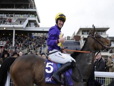 Lord Windermere narrowly prevailed in the Gold Cup