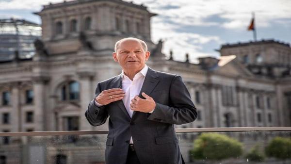 Olaf Scholz di luar Reichstag.jpg